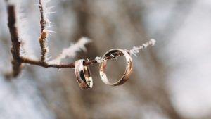 Обручальные кольца с узорами или рисунком: варианты оригинальных моделей