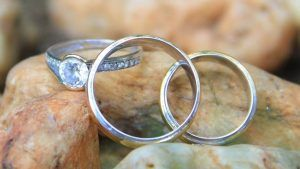 Обручальные кольца с камнями: стоит ли украшать свадебные кольца камнями?