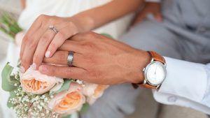 На какой руке и на каком пальце носят обручальные кольца?