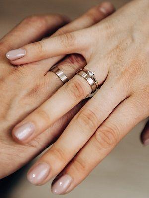 Обручальное кольцо с алмазной гранью: варианты моделей рифленых колец