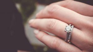 Чем обручальное кольцо отличается от помолвочного?