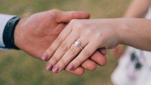 Как правильно носить помолвочное кольцо