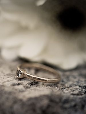 найти золотое обручальное кольцо с камнем на дороге