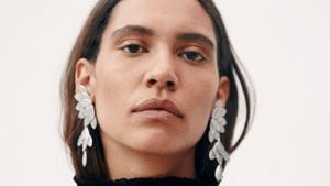 Дизайнер из Парижа Изабель Марант представила новую коллекцию огромных серег из серебра