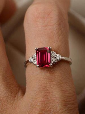 Золотые обручальные кольца с рубином