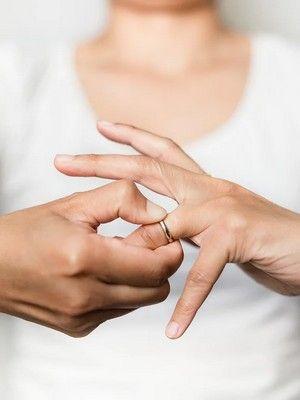 Можно ли снимать обручальное кольцо: что гласят приметы