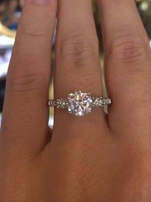 Обручальные кольца с фианитами: варианты оформления