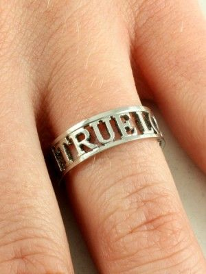 кольцо непорочности на пальце