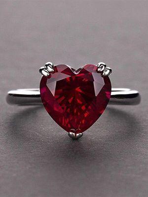 кольцо с рубином в форме сердца