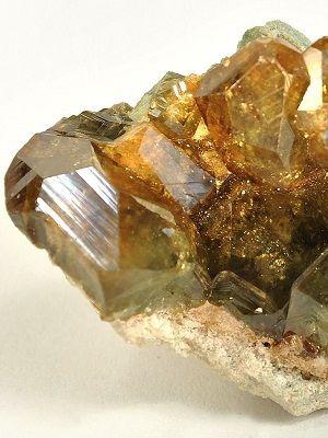 что за камень топазолит