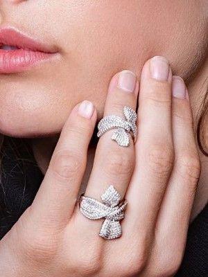 два кольца из серебра на пальце