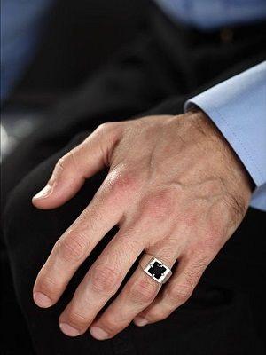 мужчина с кольцом на руке