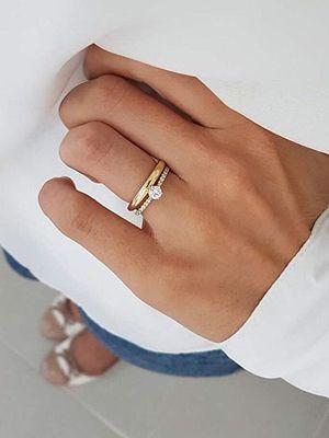 кольцо с фианитами на пальце