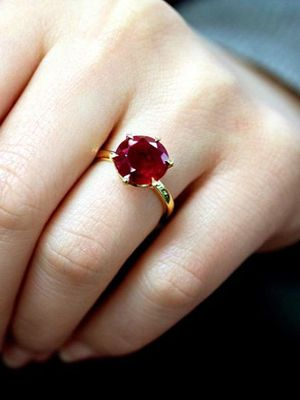 кольцо с рубином на пальце