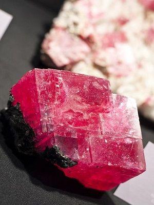 фото красного камня