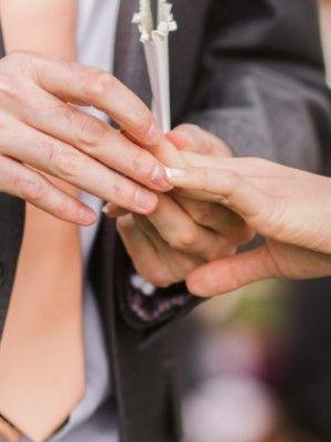 надеть кольцо на палец