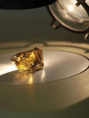желтый камень