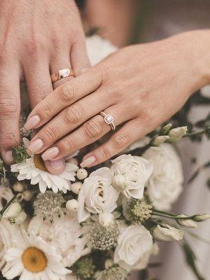 кольца на пальцах молодых