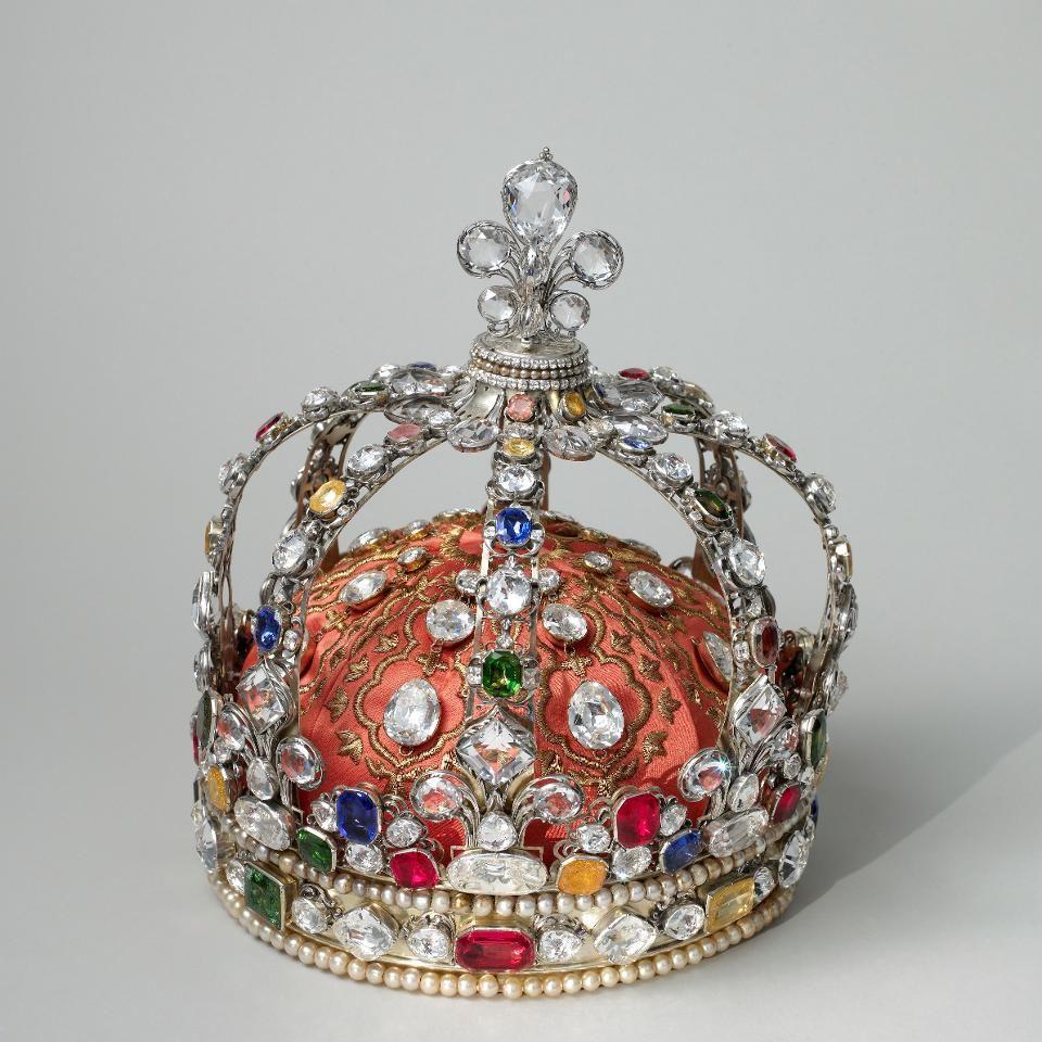 L'ECOLE выпустила ролики об истории драгоценных камней французской короны в Instagram