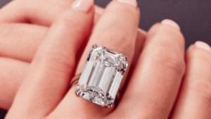 Кольцо с бриллиантом изумрудной огранки массой 28,86 каратов продано больше чем за 2 миллиона долларов