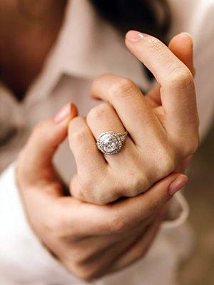 помолвочное кольцо с бриллантом