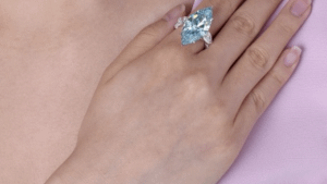 За сколько было продано кольцо с ярко-голубым бриллиантом в 12,11 карат?