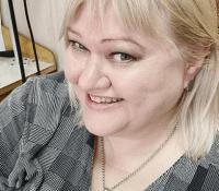 Томми Елена руководит ювелирным предприятием Gold Stream и любит своего щенка