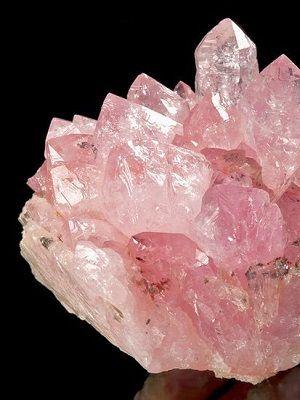 Украшения с розовым кварцем: какие бывают и кому подходят