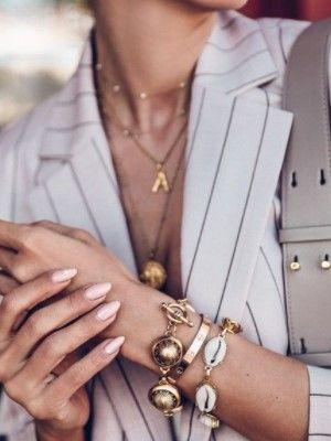 украшений на руке женщины