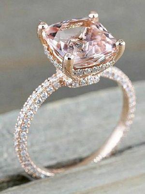 фото золотого кольца с камнем