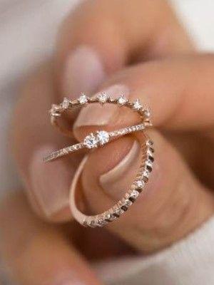 золотые кольца в руке