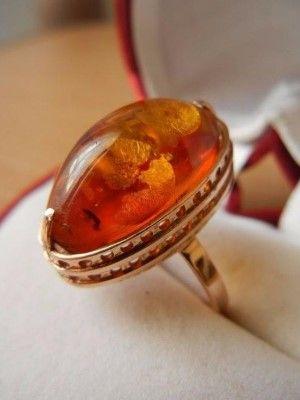 камень в золотом кольце