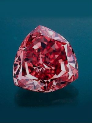 красный драгоценный камень
