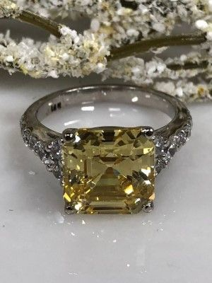 красивое украшение с камнем
