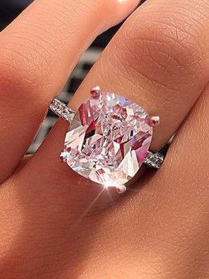 красивое кольцо на пальце