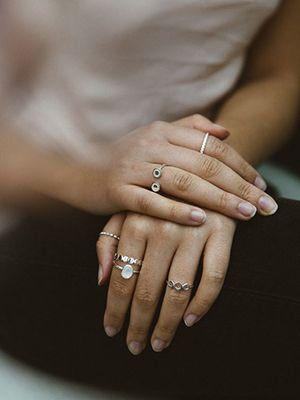 серебряные и позолоченные кольца на руках