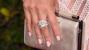 Коктейльные кольца: как выбрать и с чем носить украшение