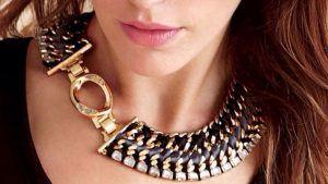 Как выбрать ювелирное украшение под одежду