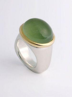фото кольца с зеленым камнем