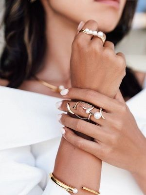 женщина с украшениями на руке