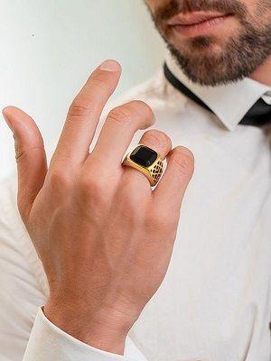 Золотой мужской перстень с камнем