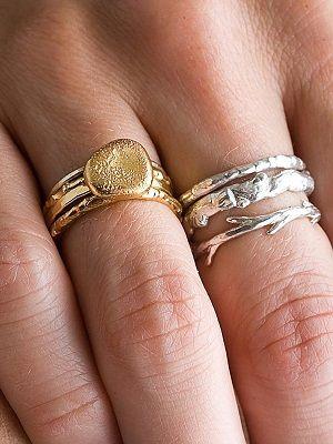 Кольца из золота и серебра на одной руке