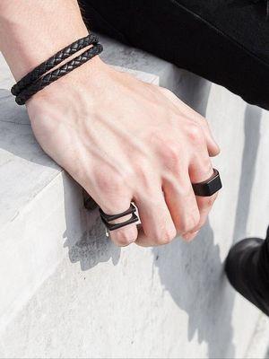 браслет и кольца на руке