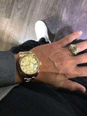 Перстень на руке мужчины