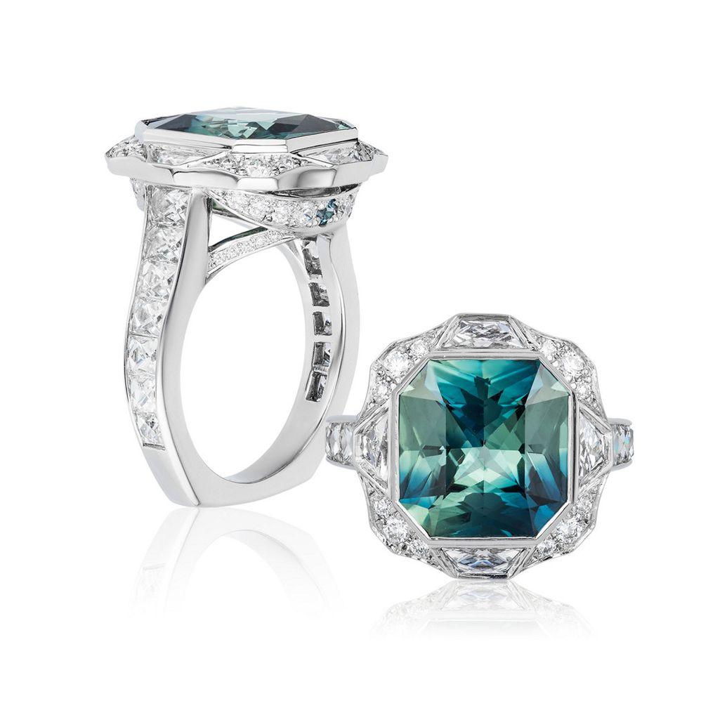 Кольцо от Lindsay Jane Designs с двухцветным сапфиром в центре и камнями в каналах по бокам