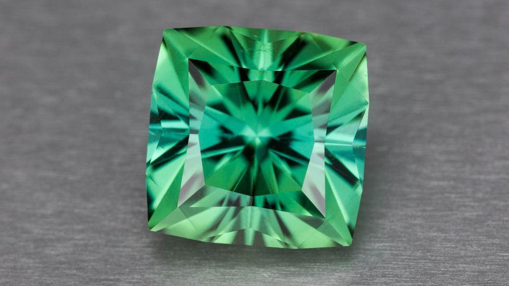 Зеленый турмалин имеет привлекательный вторичный синий оттенок