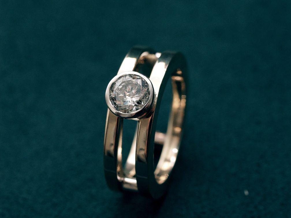 Кольцо с бриллиантом в оправе