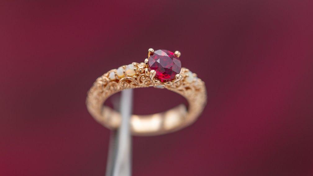 Рубин – один из красных драгоценных камней с высокой насыщенностью цвета