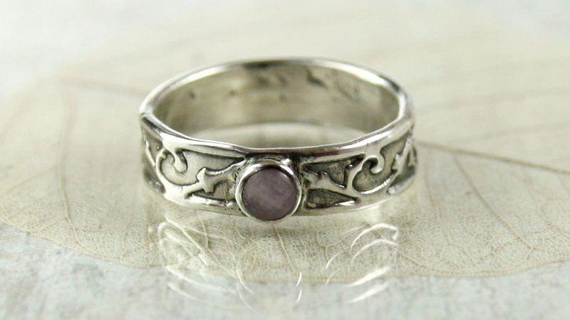 Кольцо из серебра в викторианском стиле с аметистом в глухой закрепке