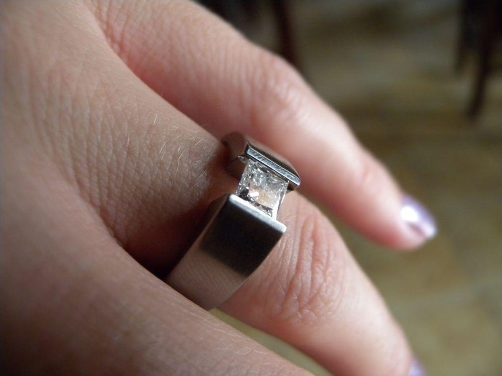 Кольцо из титана с бриллиантом в пружинной закрепке